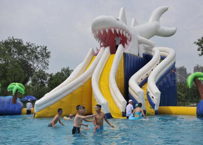 El tibur n gigante comercial explota la piscina del ni o for Juguetes de piscina